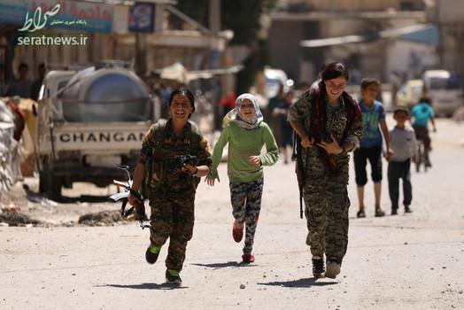 دختران عضو گروه دموکراتیک سوریه در شهر الطبقه