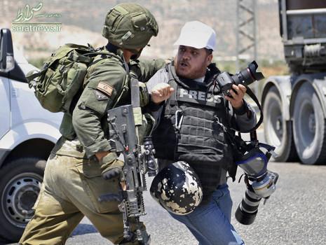 برخورد یک سرباز اسرائیلی با یک عکاس خبری در جریان برگزاری تظاهرات همبستگی با زندان فلسطینی