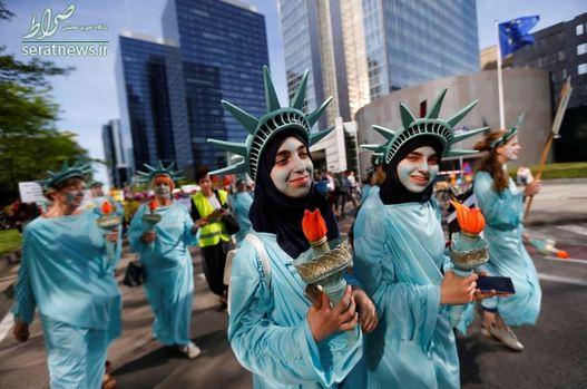 گروهی از زنان در بروکسل بلژیک با پوشیدن لباس مجسمه آزادی به سفر دونالد ترامپ رییس جمهور آمریکا اعتراض کردند