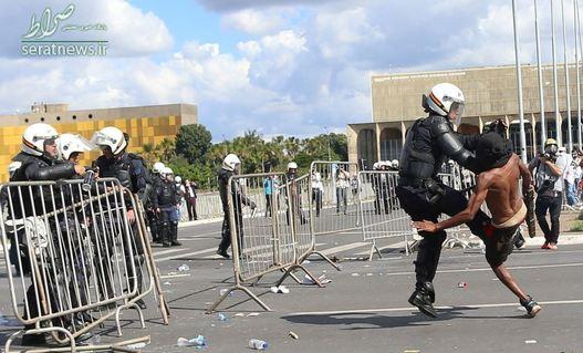 درگیری یک معترض با پلیس ضدشورش برزیل در برازیلیا
