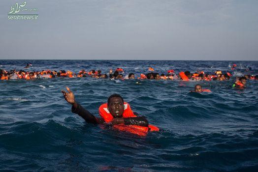 گروهی از پناهجویان و مهاجران در حال شنا در آبهای ایتالیا