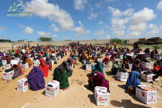 توزیع مواد غذایی توسط هلال احمر ترکیه بین آوارگان اردوگاهی در موگادیشوی سومالی