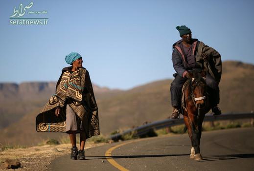 یک زن و شوهر در حال بازگشت از پای صندوق های رأی انتخابات و رفتن به روستایی در حومه شهر ماسرو پایتخت لسوتو