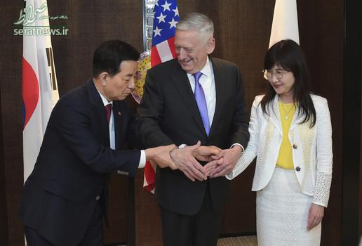 جیم ماتیس وزیر دفاع آمریکا در حال دست دان با یک وزیر کره ای و ژاپنی